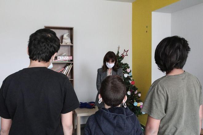 Η Πρόεδρος της Δημοκρατίας, με αφορμή τη Διεθνή Ημέρα για τους Μετανάστες, επισκέφθηκε σήμερα το Δεύτερο Σπίτι (HOUSE2) του Συλλόγου Μερίμνης Ανηλίκων και Νέων στην Αθήνα. Την κυρία Σακελλαροπούλου υποδέχθηκαν ο Υπουργός Μετανάστευσης και Ασύλου Παναγιώτης Μηταράκης, η Ειδική Γραμματέας Προστασίας Ασυνόδευτων Ανηλίκων Ειρήνη Αγαπηδάκη και ο  Πρόεδρος του συλλόγου Γιάννης Αρεταίος. H Πρόεδρος της Δημοκρατίας ξεναγήθηκε στον χώρο από τη Διευθύντρια Δήμητρα Αδαμαντίδου. Ενημερώθηκε από τη συντονίστρια του ξενώνα Ειρήνη Χαζάπη για τη στρατηγική ένταξης των ασυνόδευτων παιδιών στην ελληνική κοινωνία και για τις δυσκολίες που αντιμετωπίζουν, καθώς πολλά από αυτά έχουν ένα ιδιαιτέρως επιβαρυμένο ιστορικό και είναι εξαιρετικά ευάλωτα. Η κυρία Σακελλαροπούλου συνάντησε, ανά ομάδες τριών ατόμων, τα δεκαπέντε παιδιά 6 έως 18 χρόνων από τη Συρία, το Ιράκ, το Αφγανιστάν, το Ιράν, την Παλαιστίνη και το Μαρόκο και με τη βοήθεια διερμηνέα συνομίλησε μαζί τους. Τα παιδιά την ευχαρίστησαν για τα δώρα που τους πρόσφερε και της έδωσαν, με τη σειρά τους, τις ζωγραφιές που είχαν κάνει για να τιμήσουν την επίσκεψή της. (EUROKINISSI/ΓΡΑΦΕΙΟ ΤΥΠΟΥ ΠΡΟΕΔΡΙΑ ΤΗΣ ΔΗΜΟΚΡΑΤΙΑΣ/ΘΟΔΩΡΗΣ ΜΑΝΩΛΟΠΟΥΛΟΣ)