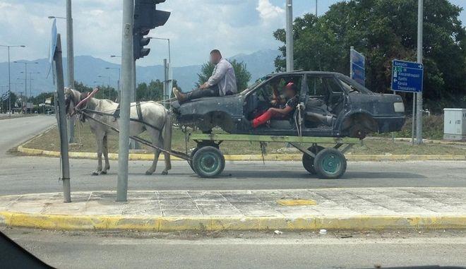 Αυτοκίνητο με... έναν ίππο στους δρόμους της Θράκης