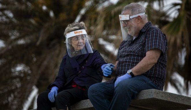 Κορονοϊος στην Ισπανία. Ένα ζευγάρι ηλικιωμένων με μάσκες