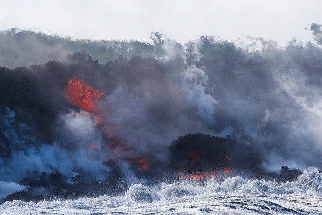 Η λάβα στη θάλασσα. Ο χαρακτηριστικός ήχος του νερού που βράζει, εξατμίζεται και οι εκρήξεις από την λάβα παραμπέμπουν σε κινηματογραφική ταινία με απίστευτα εφέ...κάτι από την δημιουργία ή το τέλος του κόσμου.