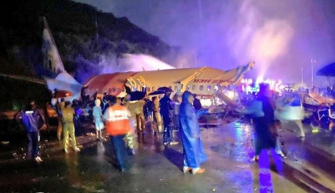 Ινδία: Αεροσκάφος κόπηκε στα δύο - Τουλάχιστον 18 οι νεκροί