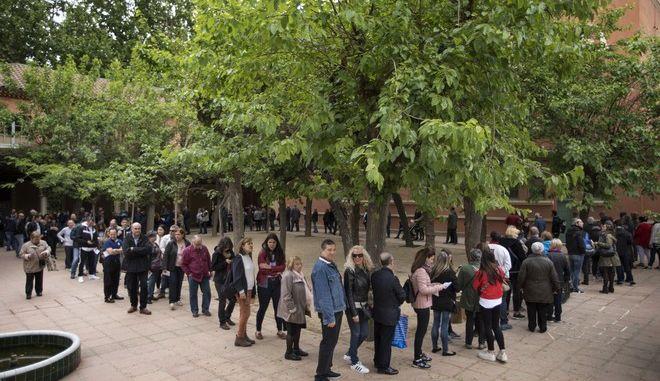 Στιγμιότυπο από εκλογικό τμήμα στη Βαρκελώνη