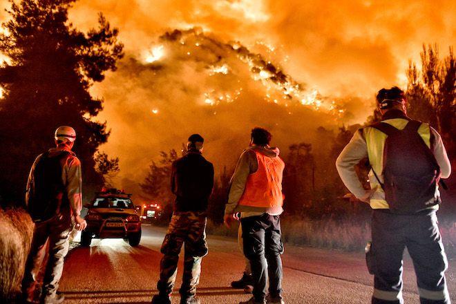 Μεγάλη φωτιά στον Σχίνο Κορινθίας