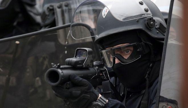 Άνδρας των ΕΔ της αστυνομίας στο Παρίσι