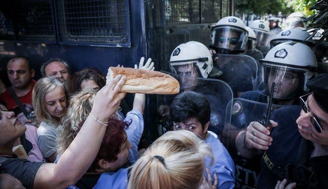 Καθαρίστριες στο Δρομοκαϊτειο διαμαρτύρονται στην οδό Ηρώδου Αττικού,για την επικείμενη απόλυση τους λόγω λήξης των συμβάσεων τους, Τετάρτη 29 Μαϊου 2019