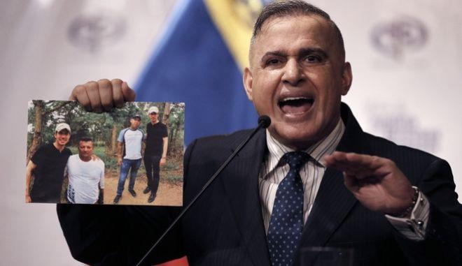 Ο εισαγγελέας της Βενεζουέλας δείχνει τις φωτογραφίες του Γκουαιδό.