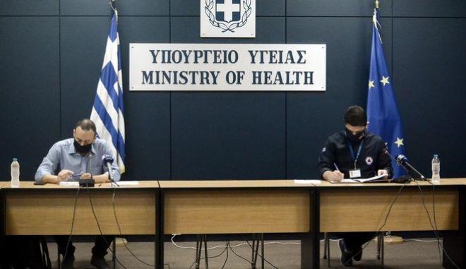 Ενημέρωση των συντακτών του Υπουργείου Υγείας, από τον Υφυπουργό Πολιτικής Προστασίας Νίκο Χαρδαλιά και τον επίκουρο Καθηγητή του ΕΚΠΑ Γκίκα Μαγιορκίνη