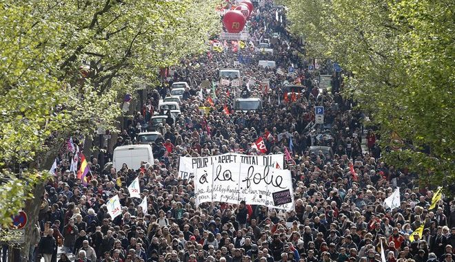 French labour union workers and students attend a demonstration against the French labour law proposal in Paris, France, as part of a nationwide labor reform protests and strikes, April 28, 2016.   REUTERS/Charles Platiau - RTX2C2CR