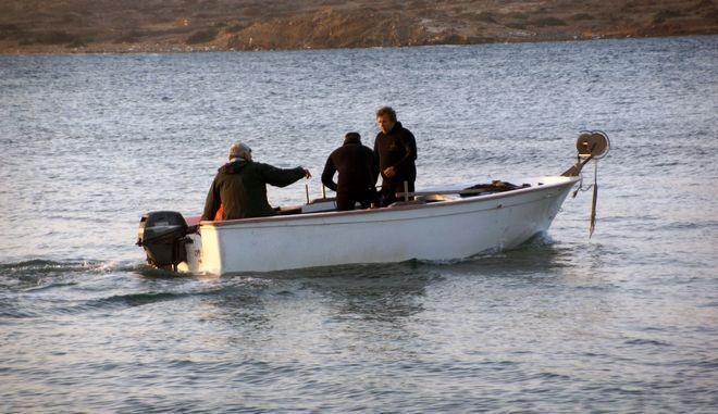 Νεκροί εντοπίστηκαν, την Τετάρτη 1 Μαρτίου 2017, από λιμενικούς οι τρεις ερασιτέχνες ψαράδες των οποίων τα ίχνη είχαν χαθεί το βράδυ της Τρίτης. Οι τρεις ψαράδες ηλικίας 72, 67 και 64 χρονών βρέθηκαν σε βραχώδη περιοχή στο Πρασονήσι το πρωί, ενώ όλη τη διάρκεια της νύκτας υπήρξε μεγάλη επιχείρηση για τον εντοπισμό τους. Τα αίτια της τραγωδίας παραμένουν αδιευκρίνιστα. Οι τρεις φίλοι είχαν πάει για ψάρεμα και γύρω στις 22.00 το βράδυ επικοινώνησαν με συγγενικά τους πρόσωπα ζητώντας βοήθεια. Αμέσως σήμανε συναγερμός στις αρχές, απογειώθηκε ελικόπτερο σούπερ πούμα ενώ στην περιοχή έφθασε και ναυαγοσωστικό του Λιμενικού Σώματος. Οι έρευνες συνεχίστηκαν όλη τη νύχτα στις οποίες συμμετείχαν και παραπλέοντα πλοία. (EUROKINISSI/RODOSPRESS.GR/ΑΡΓΥΡΗΣ ΜΑΝΤΙΚΟΣ)