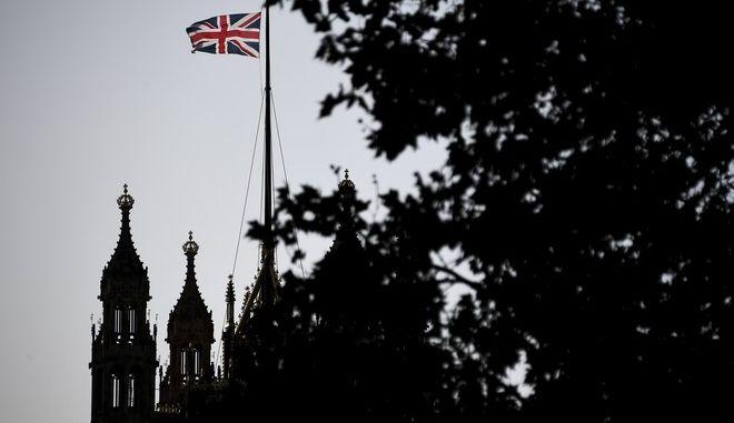 Η σημαία της Βρετανίας κυματίζει στο κτίριο της Βουλής των Κοινοτήτων