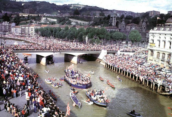 Η gabarra στον ποταμό Νερβιόν για τη φιέστα του νταμπλ της σεζόν 1983/84.
