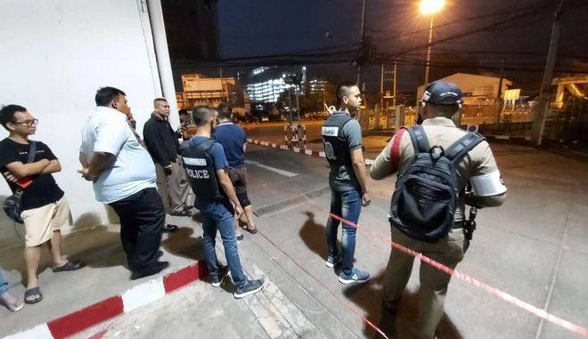 Αστυνομικές δυνάμεις κοντά στο εμπορικό κέντρο στο οποίο επιτέθηκε στρατιώτης