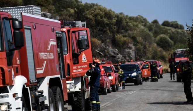 Πυροσβέστες επιχειρούν σε φωτιά.