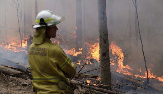 Πυροσβέστες επιχειρούν στην φωτιά της Αυστραλίας