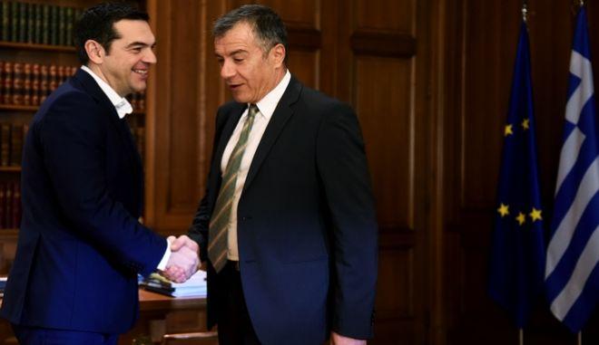 Στιγμιότυπο από συνάντηση του πρωθυπουργού Αλέξη Τσίπρα με τον επικεφαλής του Ποταμιού Σταύρο Θεοδωράκη
