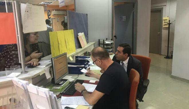 """Απροειδοποίητη επίσκεψη Μηταράκη στο τηλεφωνικό κέντρο του ΕΦΚΑ: """"Τραγικές ελλείψεις"""""""