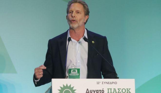 Ο Παύλος Γερουλάνος κατά την ομιλία του στο συνέδριο του ΠΑΣΟΚ.