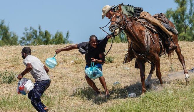 Σοκ έχουν προκαλέσει στην κοινή γνώμη φωτογραφίες από έφιππους συνοριοφύλακες που κυνηγούν Αϊτινούς μετανάστες στον Ρίο Γκράντε