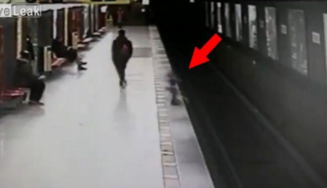 Εφιαλτικό βίντεο: Δίχρονο αγόρι πέφτει στις ράγες του μετρό