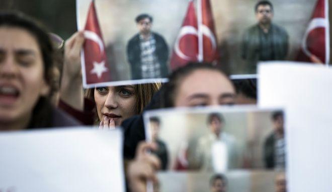 Διαμαρτυρία στην Πρίστινα για την σύλληψη και έκδοση στην Τουρκία οπαδών του Γκιουλέν