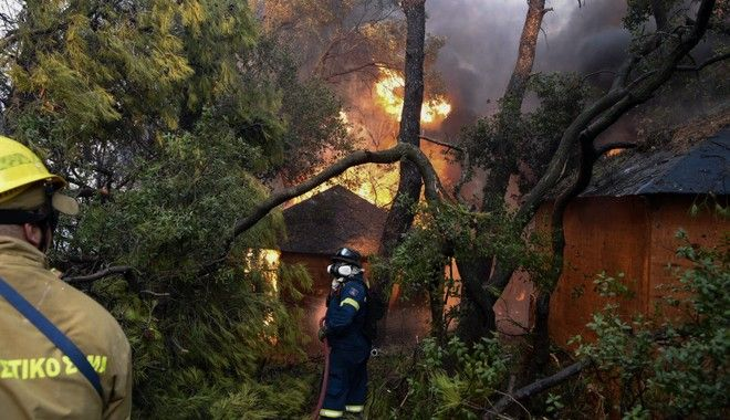 Εκτός ελέγχου η φωτιά στην Αχαϊα: Κάηκαν σπίτια, εκκενώθηκαν χωριά - Πέντε άτομα στο νοσοκομείο