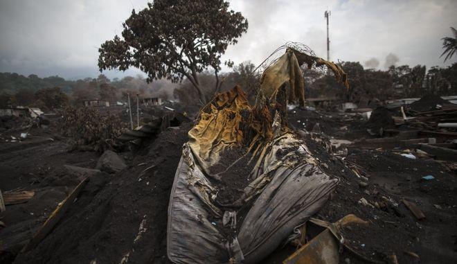 Η υπηρεσία αντιμετώπισης καταστροφών της Γουατεμάλας αναθεώρησε προς τα πάνω τον αριθμό των αγνοουμένων από την έκρηξη του ηφαιστείου Φουέγο