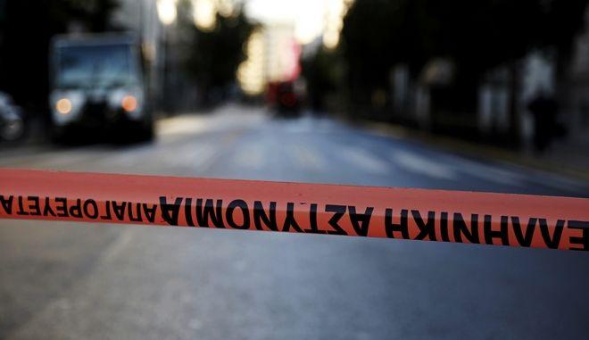 """Πυροτεχνουργοί έξω από το υπουργείο Εργασίας την Δευτέρα 12 Δεκεμβρίου 2016. Άγνωστος τηλεφώνησε στη 01:20 τα ξημερώματα στην """"Εφημερίδα των Συντακτών"""" και προειδοποίησε ότι έχει τοποθετηθεί ισχυρός εκρηκτικός μηχανισμός στο υπουργείο Εργασίας. Στο σημείο έσπευσαν αστυνομικές δυνάμεις και πυροτεχνουργοί του Τμήματος Εξουδετέρωσης Εκρηκτικών Μηχανισμών (ΤΕΕΜ), από τις έρευνες των οποίων εντοπίστηκε στην είσοδο του υπουργείου ύποπτο σακίδιο και ακολούθησαν τρεις ελεγχόμενες εκρήξεις για την εξουδετέρωσή του. (EUROKINISSI/ΣΤΕΛΙΟΣ ΜΙΣΙΝΑΣ)"""