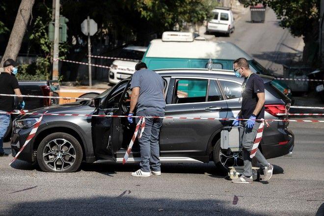 Αστυνομικοί εξετάζουν το αυτοκίνητο