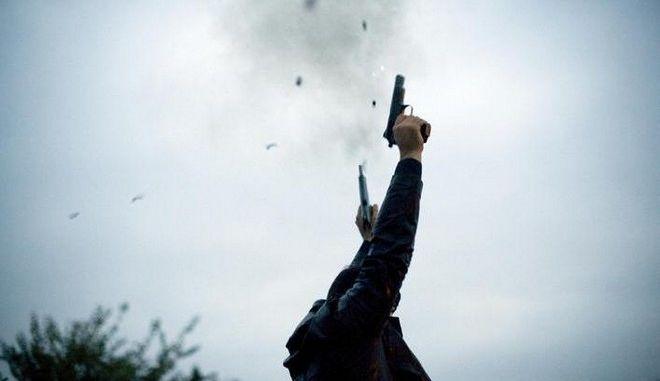 Σε περίπτωση πυροβολισμού στον αέρα η βολίδα ακολουθεί καθοδική πορεία αλλά α) είναι ακίνδυνη ή β) υπάρχει κίνδυνος τραυματισμού; Αυτή είναι μια από τις ερωτήσεις.