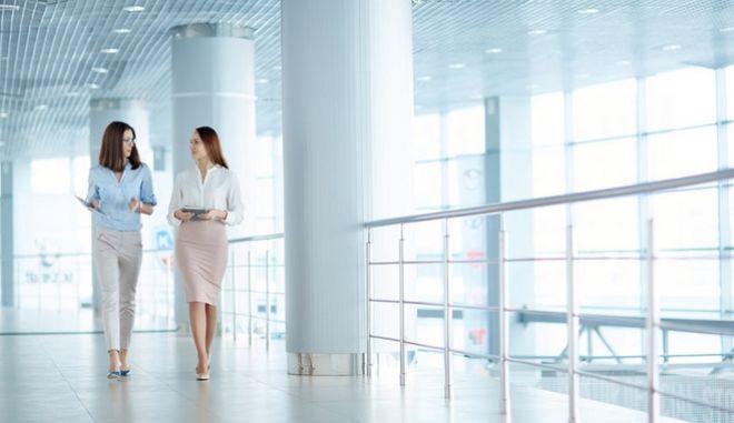 Δύο γυναίκες στον χώρο εργασίας τους