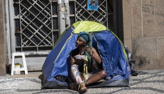 Άστεγος στους δρόμους του Σάο Πάολο τις ημέρες του κορονοϊού(AP Photo/Andre Penner)