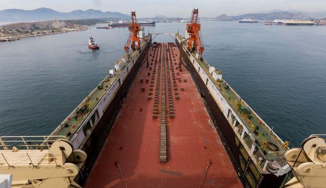 Στο λιμάνι του Πειραιά η νέα μεγάλη πλωτή δεξαμενή της COSCO