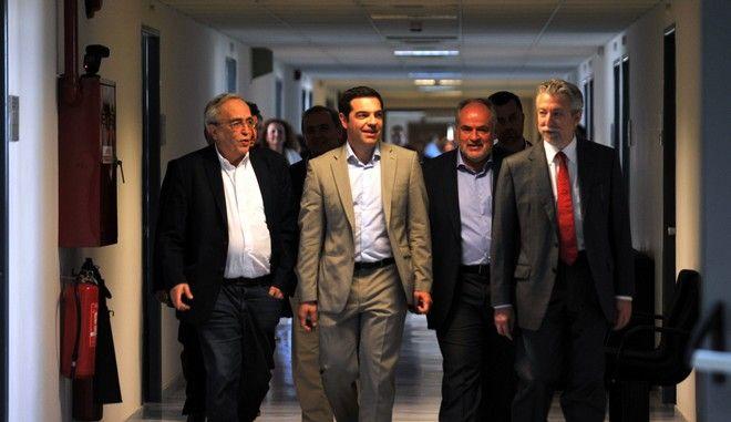 Ο πρωθυπουργός Αλέξης Τσίπρας στο υπουργείο Πολιτισμού, Παιδείας και Θρησκευμάτων την Τρίτη 2 Ιουνιου 2015. Ο Αλέξης Τσίπρας βρέθηκε στο χώρο απΚΌ όπου γίνεται η μετάδοση των θεμάτων των πανελλαδικών εξετάσεων, ενώ στη συνέχεια πραγματοποιήθηκε σύσκεψη με την πολιτική ηγεσία του υπουργείου.  (EUROKINISSI/ΤΑΤΙΑΝΑ ΜΠΟΛΑΡΗ)