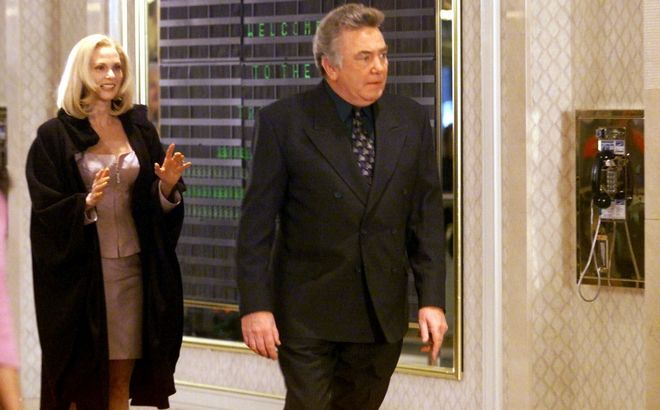 Ο Άλμπερτ Φίνεϊ και η Λέσλι Αν Γουόρεν σε στιγμιότυπο από την ταίνια