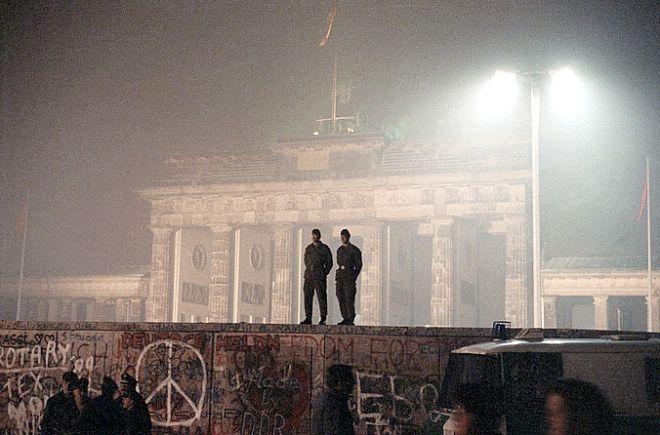 Ανατολικογερμανοί στρατιώτες με ότι έχει απομείνει από το τείχος