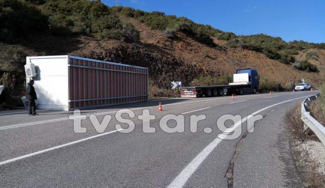 Λαμία: Κοντέινερ αποκολλήθηκε από φορτηγό
