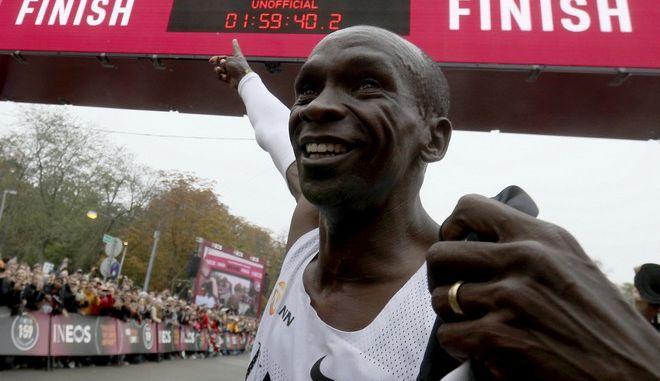 Ασύλληπτος Κιπτσόγκε: Έτρεξε τον Μαραθώνιο σε λιγότερο από δυο ώρες