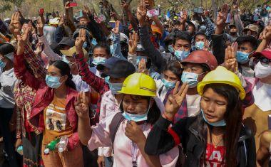 Εκατοντάδες άνθρωποι μαζεύτηκαν να αποχαιρετήσουν την 19χρονη Kyal Sin που πυροβολήθηκε στο κεφάλι από τις δυνάμεις ασφαλείας της Μιανμάρ κατά τη διάρκεια διαμαρτυρίας κατά του πραξικοπήματος , 4 Μαρτίου 2021