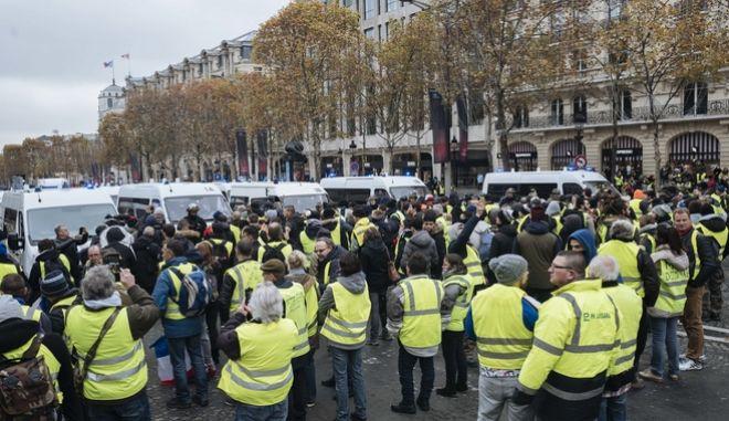 Διαδηλωτές με κίτρινα γιλέκα στα Ηλύσια Πεδία