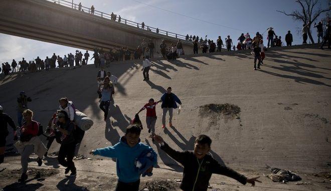 Οι ΗΠΑ χτυπούν τους μετανάστες, το Μεξικό τους απελαύνει
