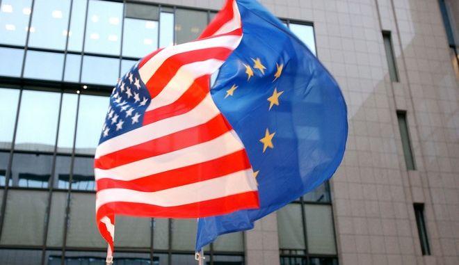 Οι σημαίες των ΗΠΑ και της ΕΕ στο κτίριο του Ευρωπαϊκού Συμβουλίου στις Βρυξέλλες