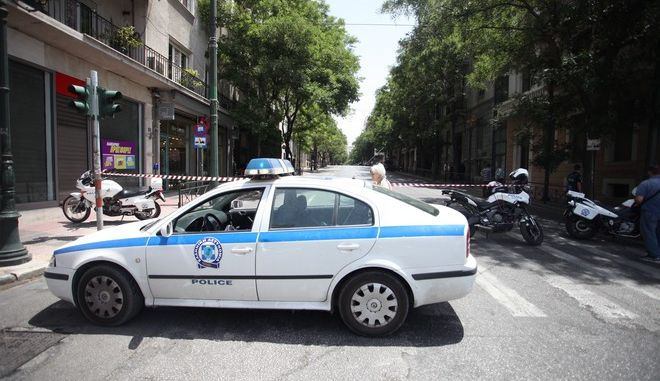 Αστυνομικοί έχουν κλείσει το δρόμο μετά το τηλεφώνημα για βόμβα στο κτήριο όπου στεγάζεται το Ταμείο Παρακαταθηκών και Δανείων, την Παρασκευή 17 Ιουνίου 2016. (EUROKINISSI/ΑΛΕΞΑΝΔΡΟΣ ΖΩΝΤΑΝΟΣ)