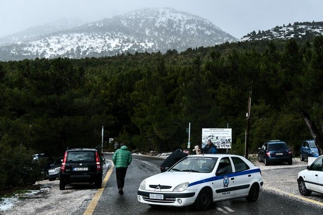 Περιπολικό της Ελληνικής Αστυνομίας, έχει κλείσει το δρόμο προς το τελεφερίκ.