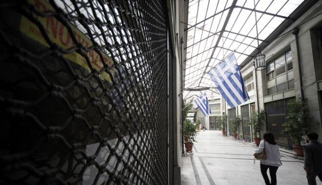 Η οικονομική κρίση έχει κλείσει καταστήματα και έχει νεκρώσει εμπορικές στοές της Αθήνας. Στη Στοά Αρσακείου έχουν κλείσει των σύνολο των εμπορικών καταστημάτων. Στα τζάμια των βιτρινών των -άλλοτε- μαγαζιών, τα εμπορεύματα έχουν αντικατασταθεί από τα ενοικιαστήρια. Στα λίγα ανοιχτά μαγαζιά ό,τι έχει απομείνει είναι αναμνήσεις, αφού η στοά Αρσακείου τίποτα δεν θυμίζει τις παλιές καλές εποχές. Εκείνες που όλοι οι έμποροι συνιστούσαν τη δική τους μικρή ετερόκλητη αθηναϊκή κοινωνία. Άλλοτε γυαλιστερή και μοντέρνα σαν πανάκριβα καλοσυσκευασμένα δώρα και άλλοτε παρηκμασμένη και αφημένη στην τύχη της, η στοά του Αρσακειου ακολούθησε την εξέλιξη της πόλης και των ανθρώπων της. Και όπως συμβαίνει με όλες τις ιστορίες, κάποιες έχουν happy end και κάποιες άλλες όχι...   Παραεμπόριο, έλλειψη ρευστού από τις τράπεζες, αδυναμία του κόσμου να καταναλώσει, δημιουργούν ένα εκρηκτικό πρόβλημα. Οι εξελίξεις δεν κάνουν διακρίσεις και το ντεκόρ, ακόμα και στις «γυαλιστερές» στοές, αρχίζει να γίνεται κίτρινο. Στο χρώμα των «Ενοικιάζεται». (EUROKINISSI/ΓΙΩΡΓΟΣ ΚΟΝΤΑΡΙΝΗΣ)