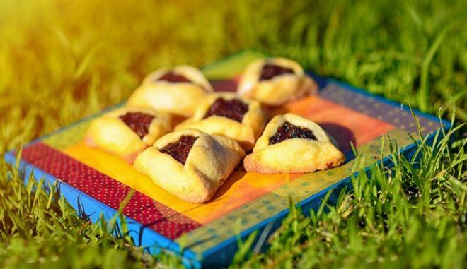 Παραδοσιακά πιτάκια σε τριγωνικό σχήμα, γεμιστά μια μια σειρά από απολαυστικές μαρμελάδες και πούπλες φρούτων