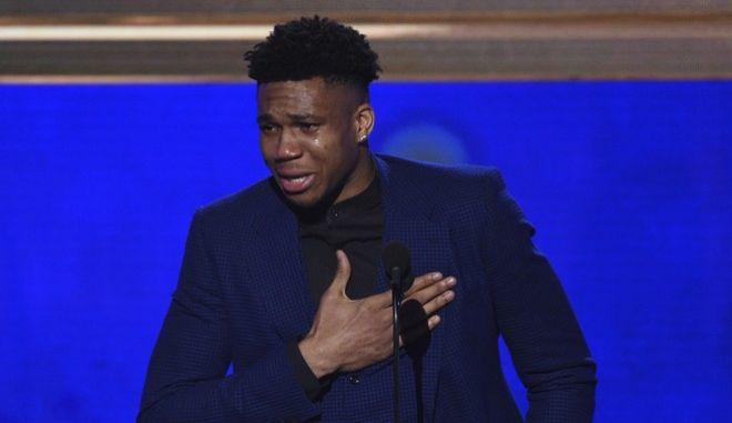 Συγκλονιστικός Γιάννης Αντετοκούνμπο: Ξέσπασε σε κλάματα όταν παρέλαβε το βραβείο του MVP
