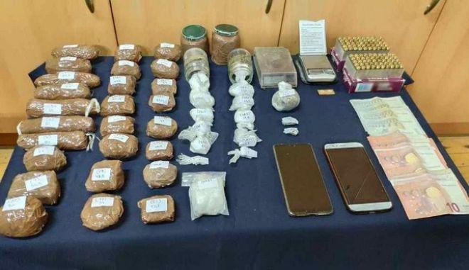 Αδέρφια διακινούσαν κοκαΐνη που έκρυβαν στην στέγη γκαλερί στο Ρέθυμνο