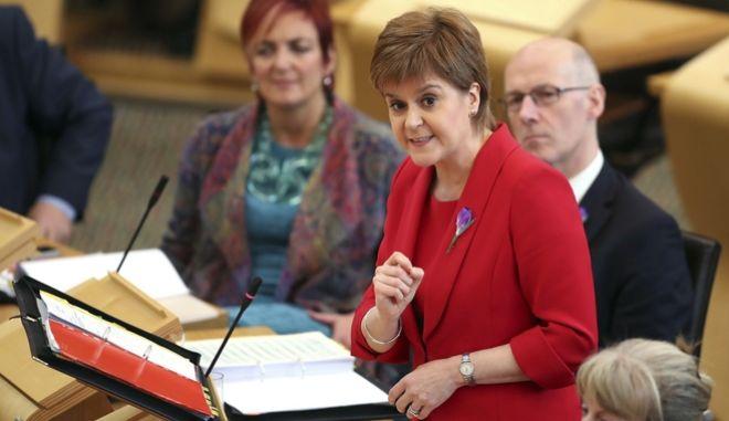 Η πρωθυπουργός της Σκωτίας, Νικόλα Στέρτζεον στο σκοτσέζικο κοινοβούλιο, από το Εδιμβούργο