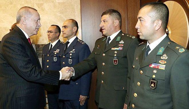 O Ρετζέπ Ταγίπ Ερντογάν και Τούρκοι στρατιωτικοί