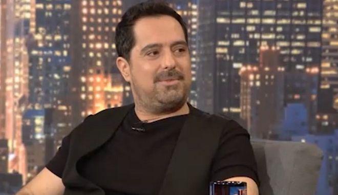 """Ο Μάκης Δημάκης στην εκπομπή """"The 2Night Show"""" του Γρηγόρη Αρναούτογλου."""